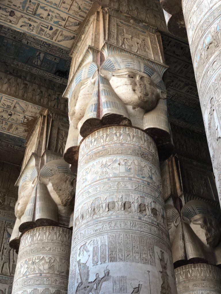 Pilar at Hathor Tempel in Dendera